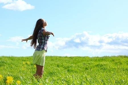 frescura: mujer volar en el cielo azul de verano