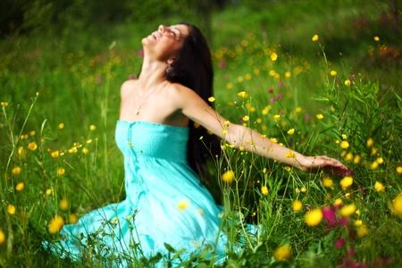 une femme amoureux de la nature sur le champ de fleurs