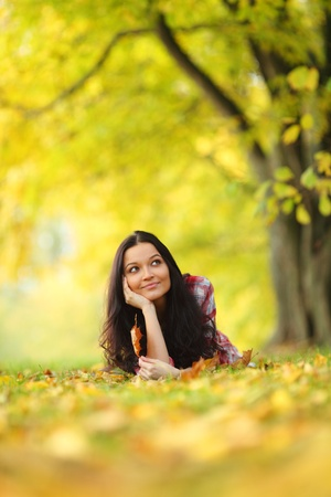 egy fiatal nő csak a: nő portret őszi levél közelről