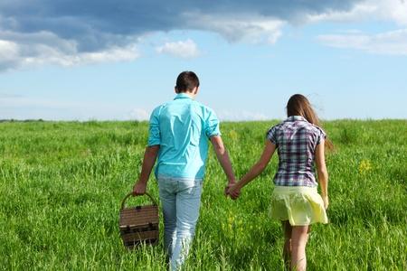 amistad: los amantes del abrazan de picnic cerca un retrato Foto de archivo