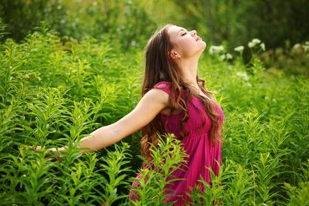 glädje: kvinna utomhus känns naturliga frihet Stockfoto