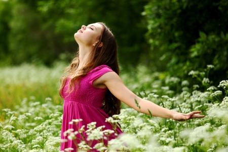 vrouw buitenshuis voelen natuurlijke vrijheid