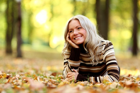 thanksgiving adult: autumn woman portret in park