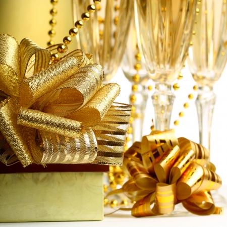 festive occasions: regalos y vacaciones tarjeta dorada champagne Foto de archivo