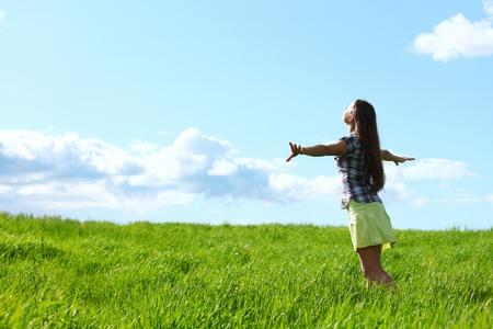 verano volar la mujer en el cielo azul