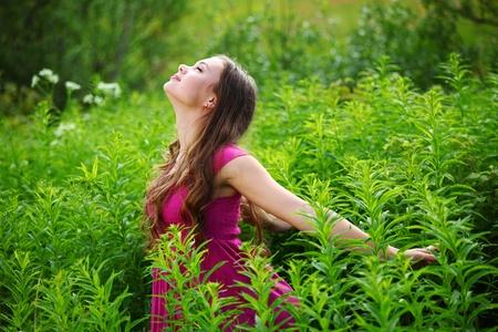 amistad: mujer en el retrato de cerca de verde c�sped en el campo