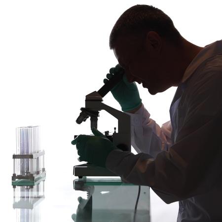 scienziati: Scienziato alla ricerca in un microscopio in un laboratorio