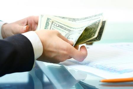 letra de cambio: las manos contando el dinero en dólares en el fondo blanco