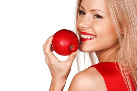 sonrisa: mujer comer manzana roja sobre fondo blanco