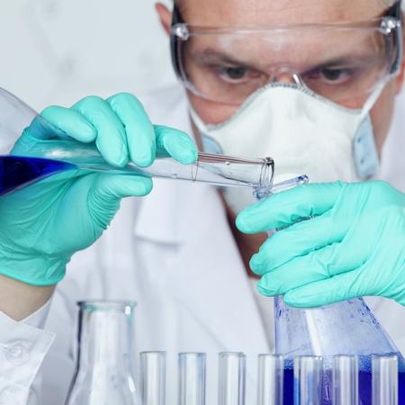 의학: 화학 과학자는 실험실에서 실험을 실시 스톡 사진