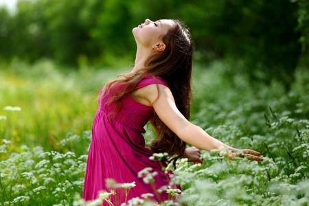 女性の自然な自由は屋外の感じ 写真素材