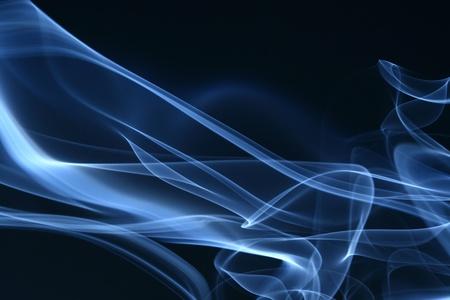 incienso: humo azul sobre fondo negro
