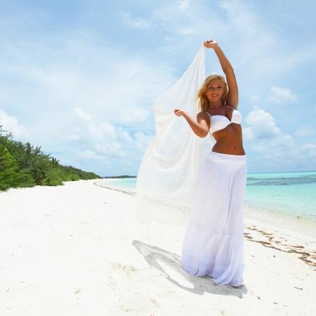 tissu blanc: femme avec un chiffon blanc dans ses mains sur la plage
