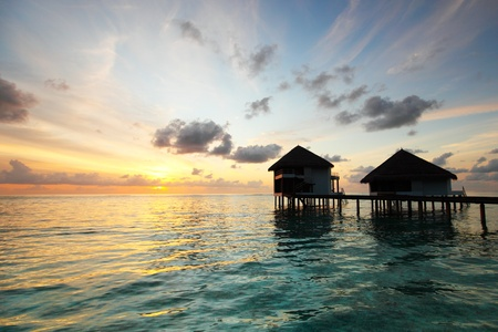 resort maldivian houses on sunrise 新聞圖片