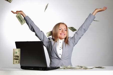 lottery: zakenvrouw daling dollars in de lucht Stockfoto