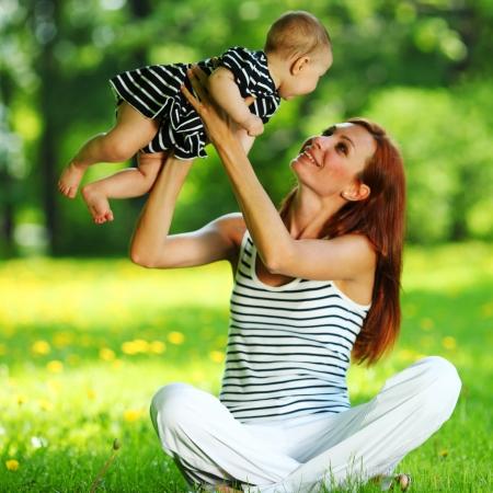 mama e hija: Feliz madre e hija en la hierba verde