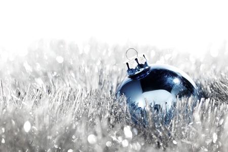 blue christmas ball auf silbernem Hintergrund