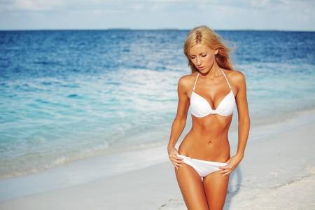 niñas en bikini: mujer en bikini en el fondo del mar