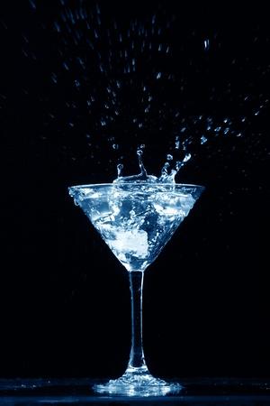 bebidas alcoh�licas: alcohol splash sobre fondo negro