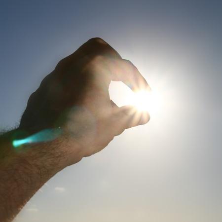 creador: mano tomar el sol en la ciudad oscura