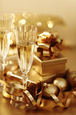 Gouden Kerst achtergrond champagne cadeaus bal