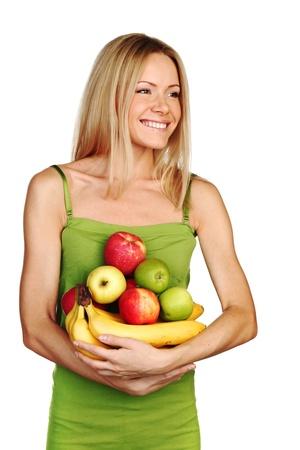 dientes sanos: mujer tiene un mont�n de fruta sobre un fondo blanco