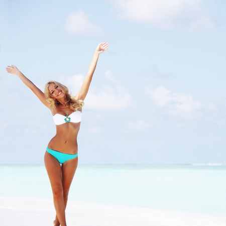 ni�as en bikini: mujer en bikini en la playa del mar