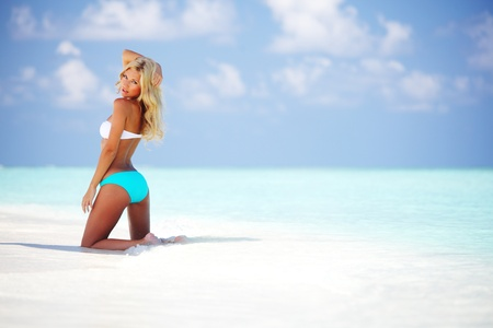maillot de bain fille: femme en bikini sur la plage de la mer