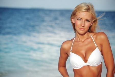 ni�as en bikini: mujer en bikini en el fondo del mar