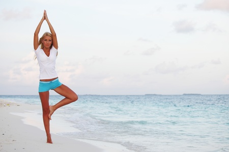 donna yoga sul mare costa photo