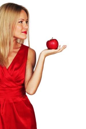 mela rossa: donna mangia mela rossa su sfondo bianco