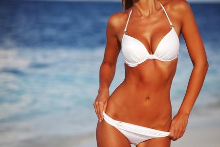 petite fille maillot de bain: femme en bikini sur fond de mer