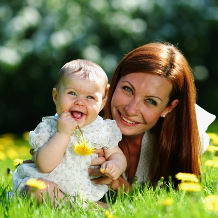 adultbaby: Gl�ckliche Mutter und Tochter auf dem gr�nen Rasen