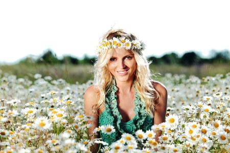 summer girl: beautiful girl on the daisy flowers field