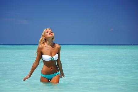 ni�as en bikini: mujer jugando en el agua de los oc�anos Foto de archivo