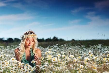 campo de margaritas: hermosa muchacha en el campo margarita flores Foto de archivo