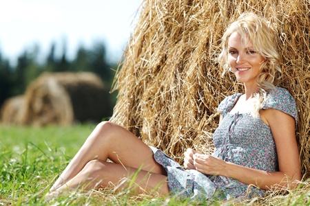 блондинка на сене фото