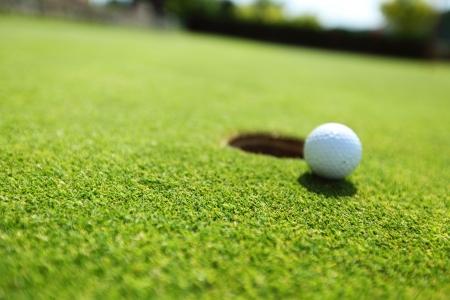 pelota de golf: pelota de golf en el labio de la copa Foto de archivo