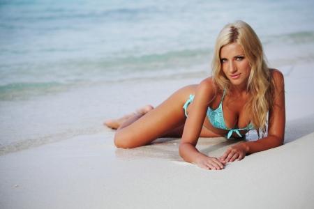 Frau liegt auf dem Sand das Meer Küste