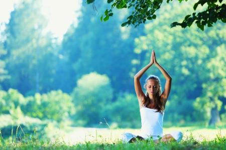 Junge Frau macht Yoga-Übung im grünen Park Standard-Bild - 14824899