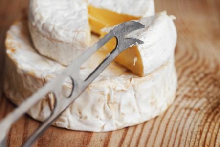 tabla de quesos: un trozo de queso Brie