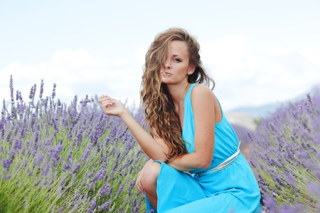 lavage: Woman sitting on a lavender field