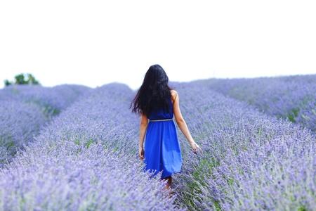 glädje: Kvinna som står på en lavendel fält Stockfoto