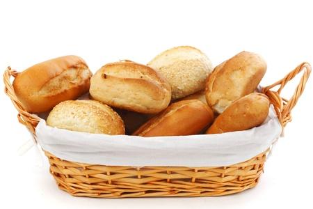 canasta de panes: pan en la canasta de mimbre aislados en blanco