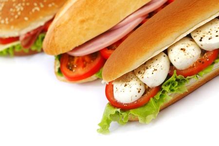 panino: Sandwich de tomate con mozzarella y ensalada Foto de archivo