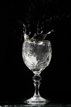 bartend: alcohol splash in wineglass