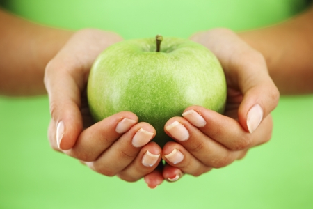 apple in woman hands close up 版權商用圖片