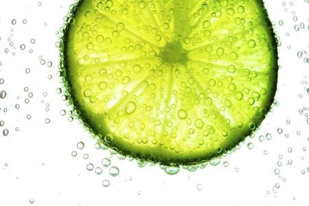 Limettenscheibe in Wasserblasen