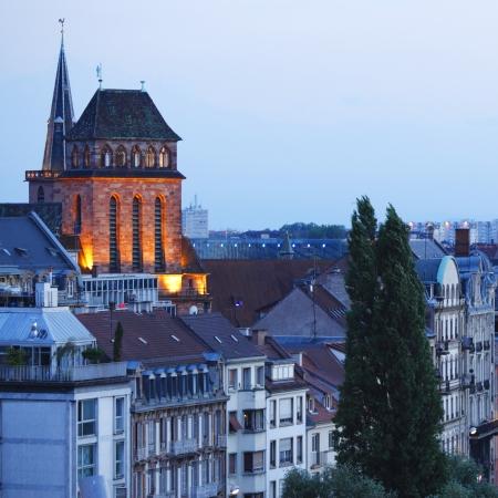 festones: Ver en Estrasburgo por la noche y Campanario de la Iglesia de Kaysersberg Foto de archivo