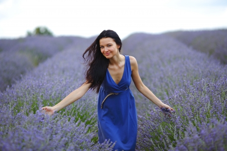 lavage: Woman standing on a lavender field Stock Photo